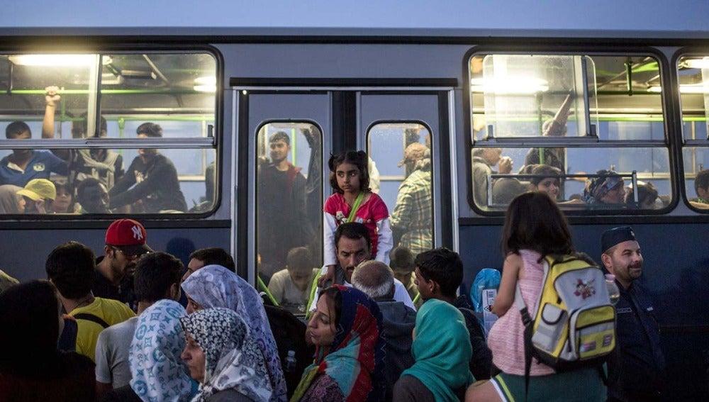 Refugiados cerca de la frontera entre Hungría y Serbia