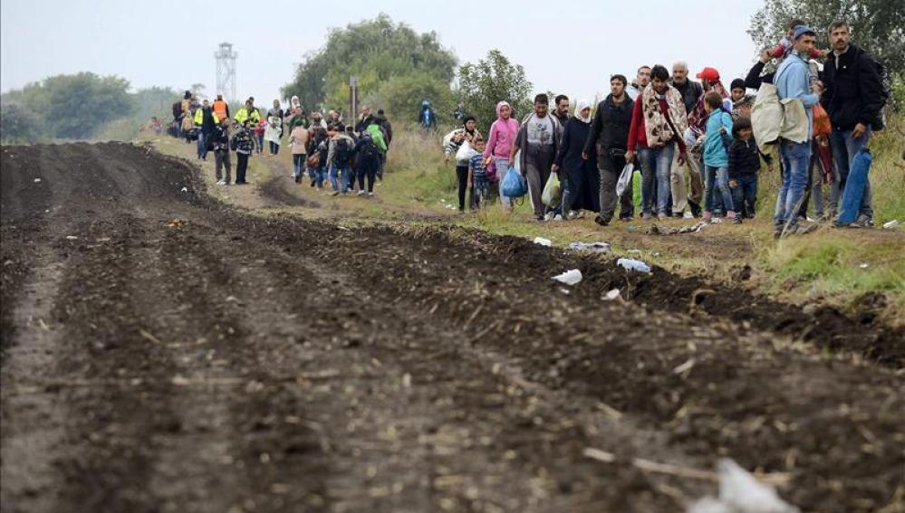 Refugiados a su llegada a un centro para refugiados en Roszke (Hungría)