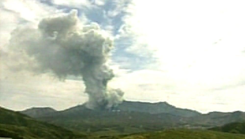 Momento de la erupción del volcán Monte Aso en Japón