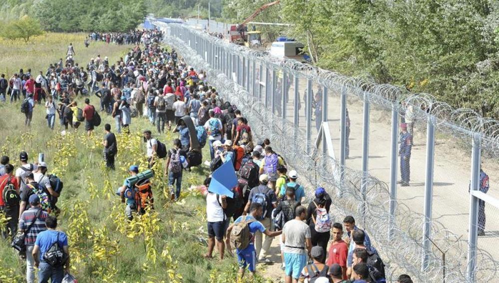 Refugiados en la frontera de Serbia con Hungría entre Horgos y Roszke