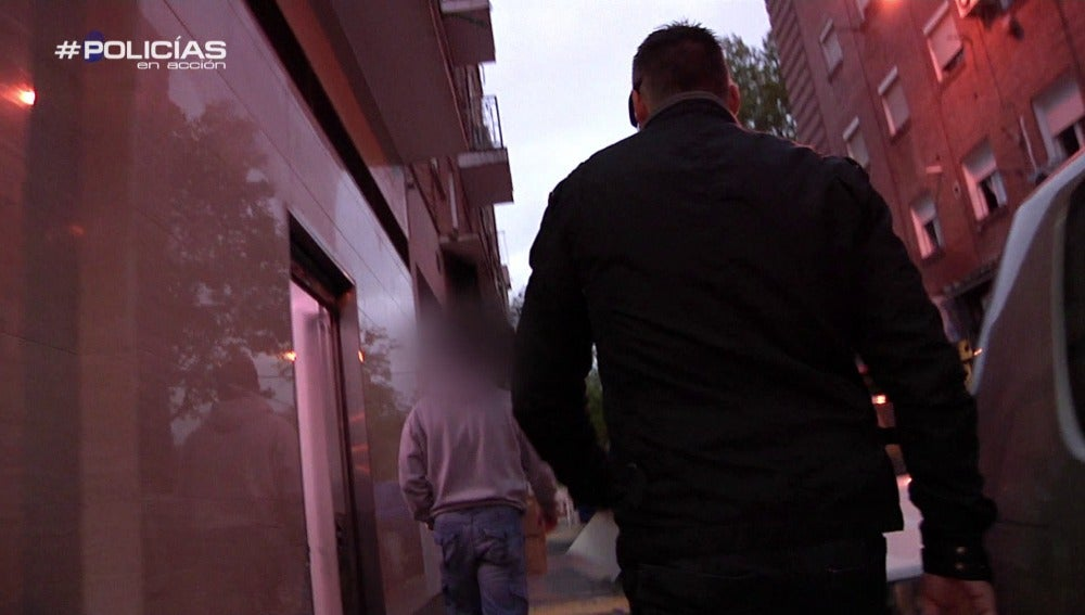 Los agentes buscan a los presuntos culpables en sus casas
