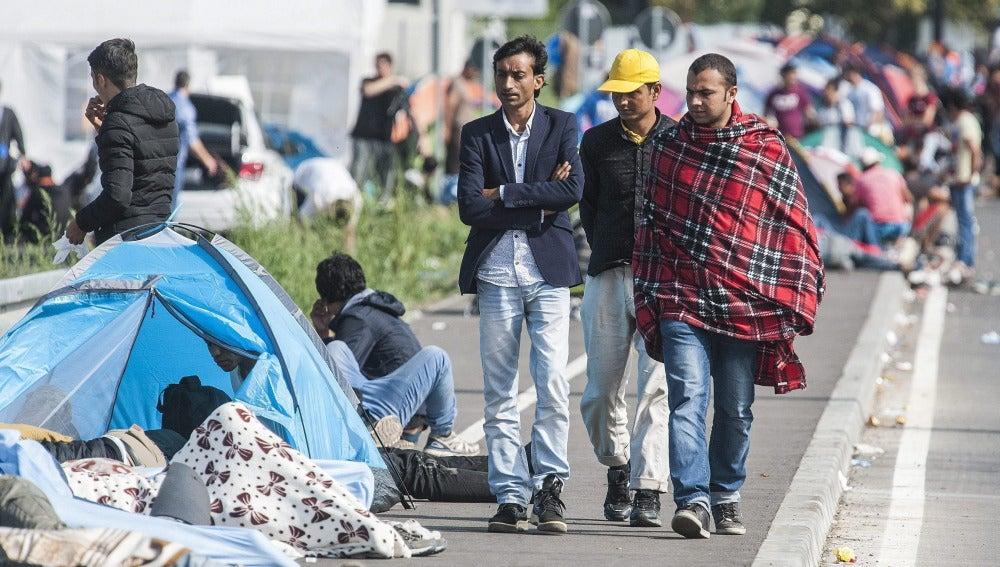 Refugiados descansan en la frontera con Hungría