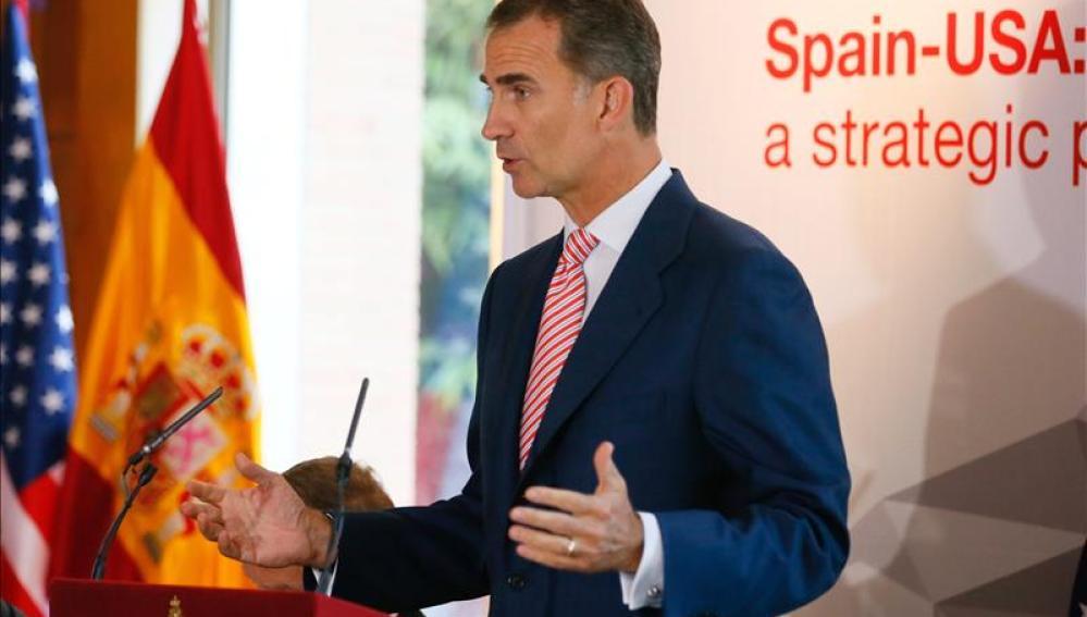 """El rey anima a los empresarios de EE.UU a invertir en España, """"que resurge con fuerza"""""""