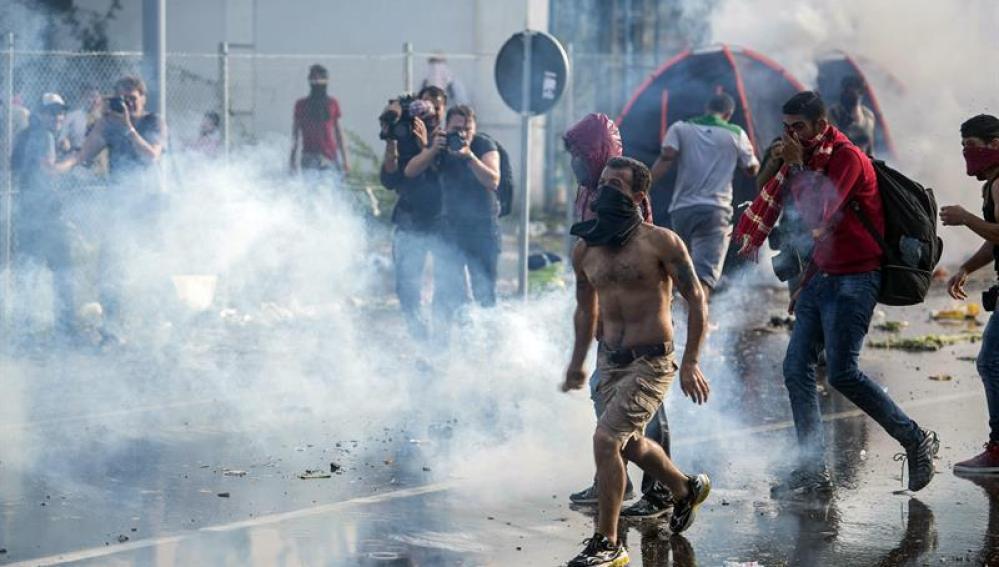 La Policía húngara usa gas pimienta para evitar la entrada de refugiados