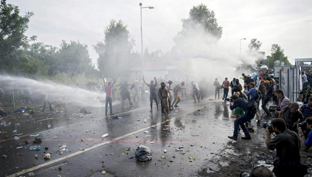 La Policía húngara utiliza gas pimienta y un cañón de agua contra un grupo de refugiados