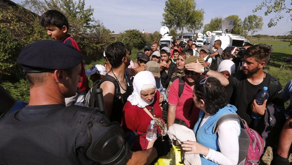 Refugiados procedentes de Serbia esperan para ser registrados en Tovarnik