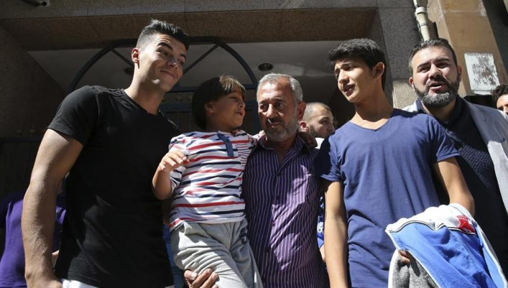 Osama y sus dos hijos en su llegada a Madrid