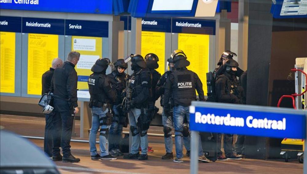 Agentes de la Policía holandesa aseguran la vía tres de la estación de Rotterdam