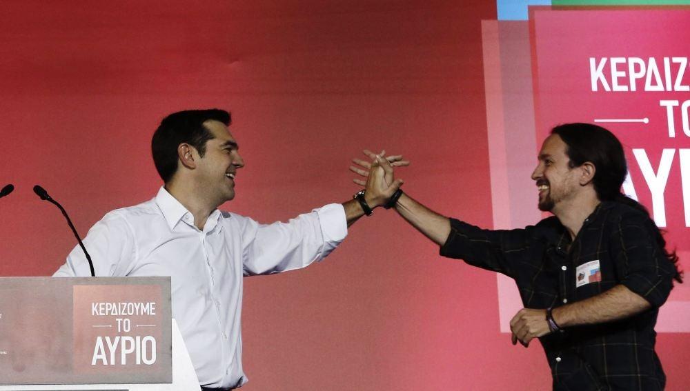 Alexis Tsipras junto con Pablo Iglesias en su último acto electoral