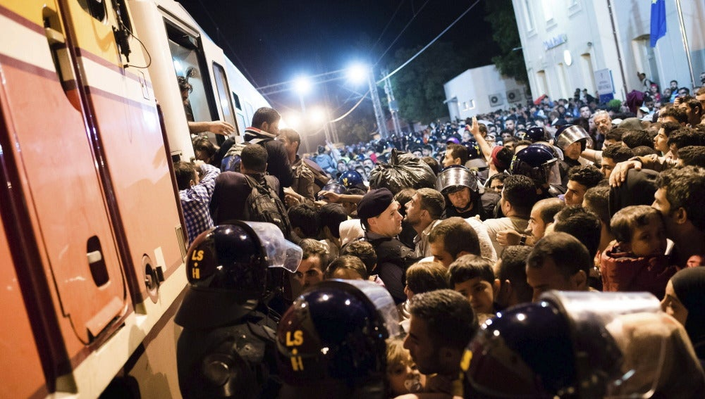 Refugiados intentan subir a bordo de un tren en la frontera entre Serbia y Croacia