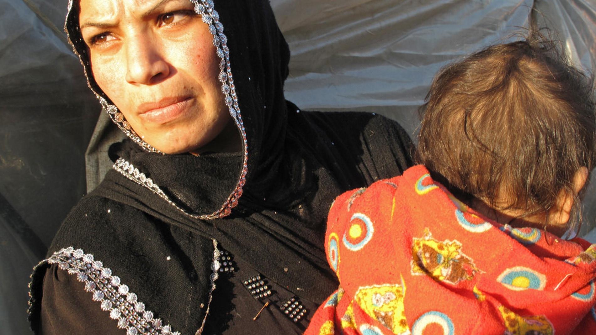 Dos refugiados sirios en un asentamiento