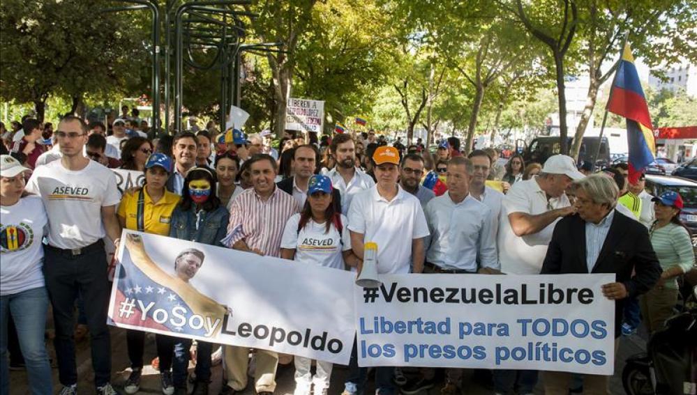 Alrededor de 300 personas piden en Madrid la liberación de Leopoldo López