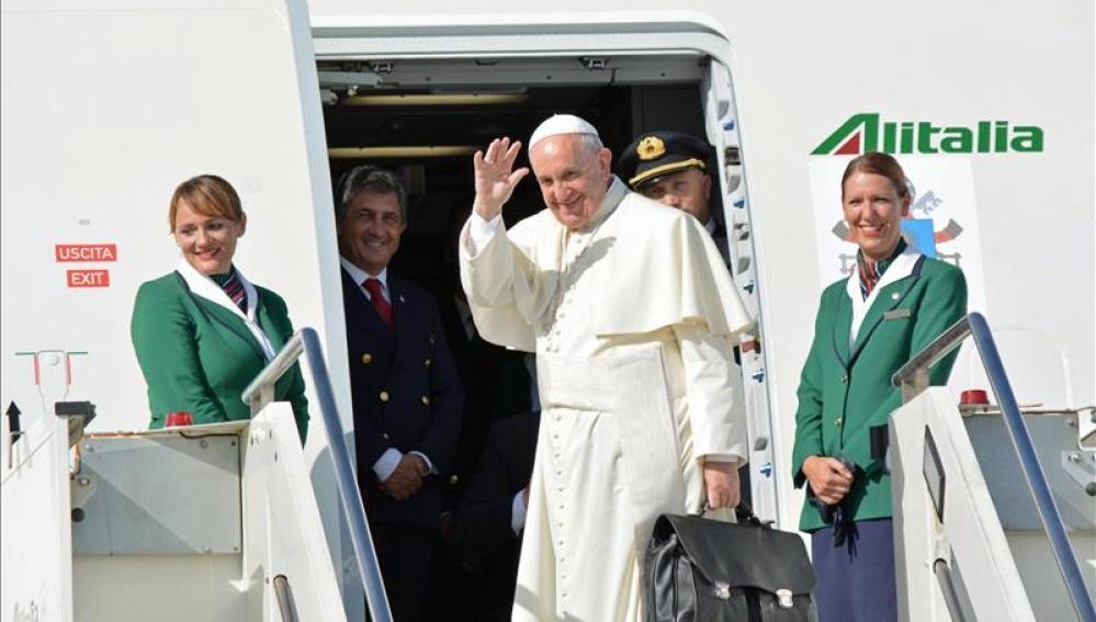 El papa Francisco, al subir al avión desde el aeropeurto de Fiunicino camino de Cuba
