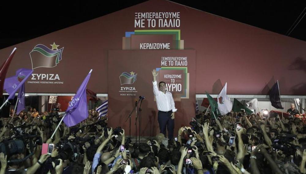 Ciudadanos celebrando con Tsipras su victoria