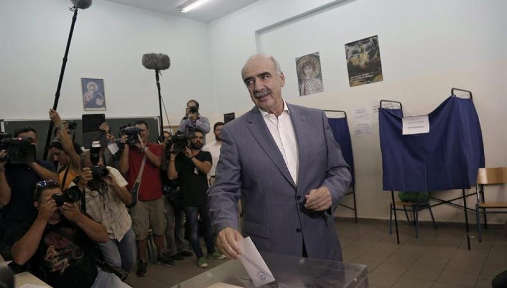 El líder de Nueva Democracia, Vangelis Meimarakis, emite su voto