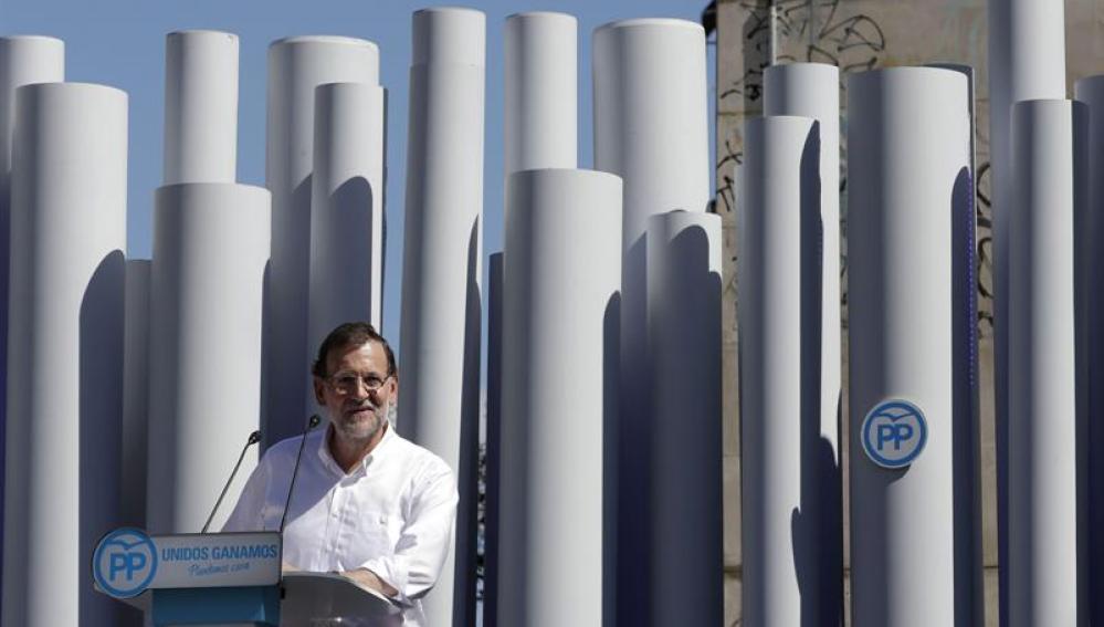 El presidente del Gobierno, Mariano Rajoy, durante su intervención en el mitin del PPC