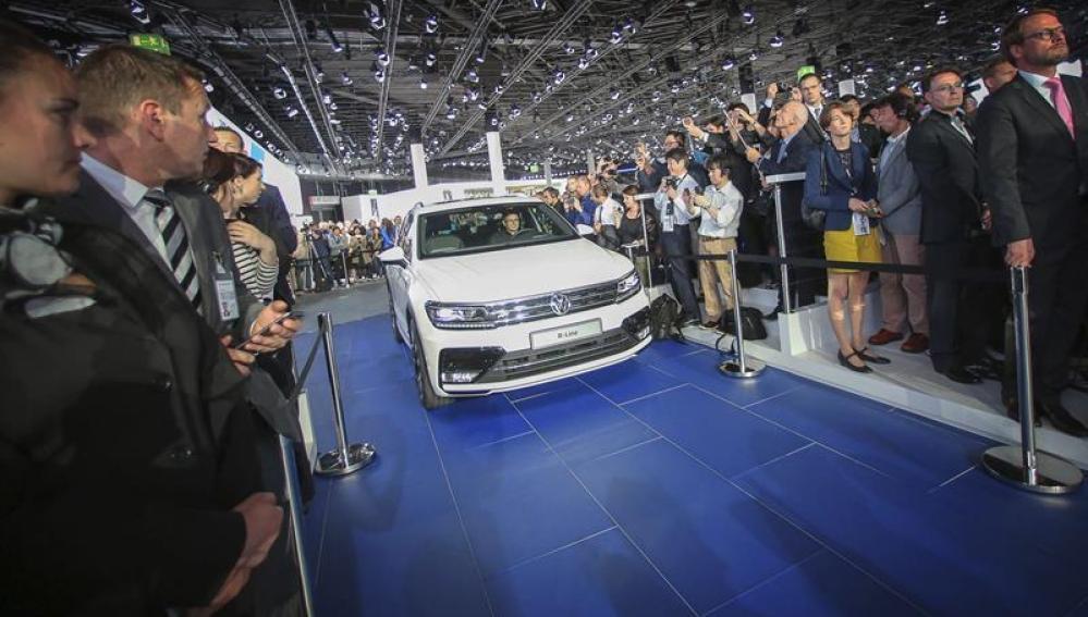 Un nuevo coche de Volkswagen en el salón del automóvil