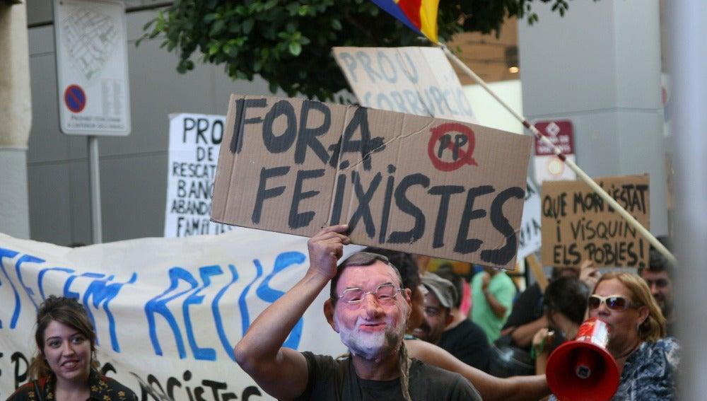 Decenas de personas protestan por la presencia del presidente de Gobierno, Mariano Rajoy