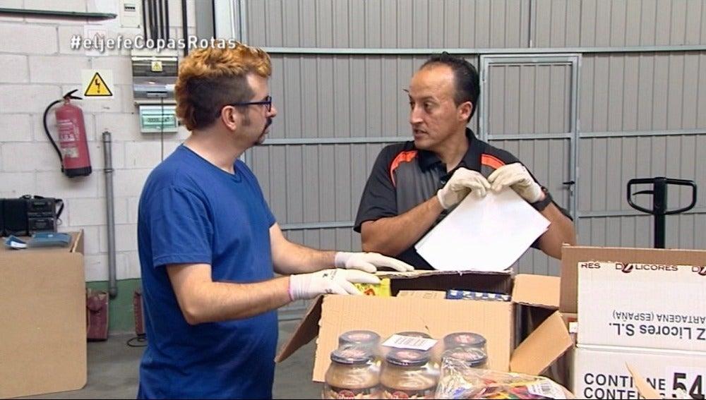 Sergio Guerrero trata de ayudar en el almacén de Copas Rotas