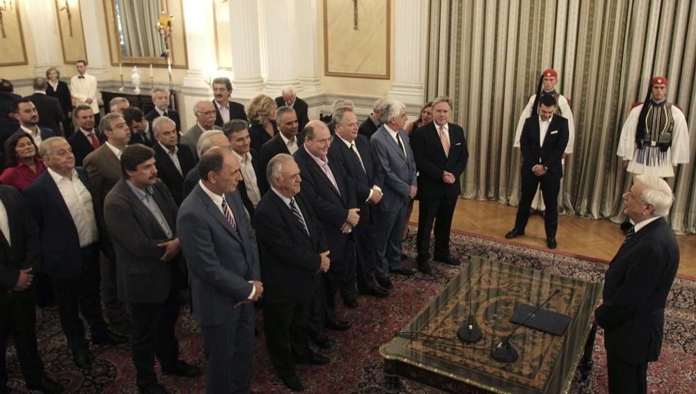 El primer ministro griego, Alexis Tsipras (c), asiste a la ceremonia de toma de posesión de los ministros