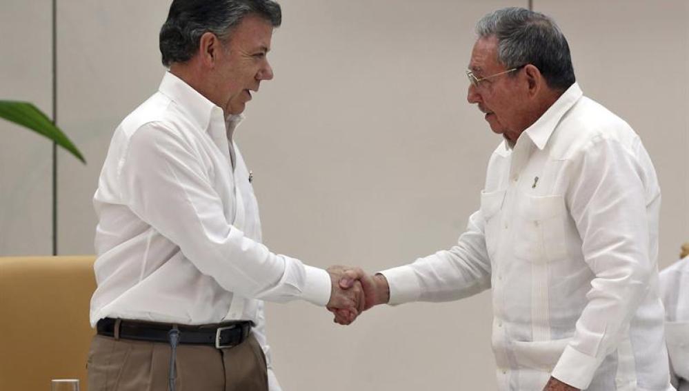 Santos y Timochenko se dan la mano durante su encuentro en La Habana