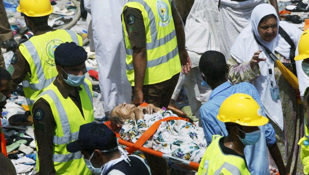 Peregrinos reciben atención médica tras una avalancha de gente en La Meca