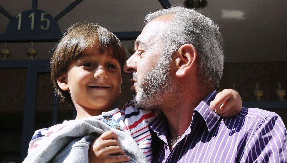 El refugiado sirio Osama Abdul Mohsen, junto a su hijo Zaid