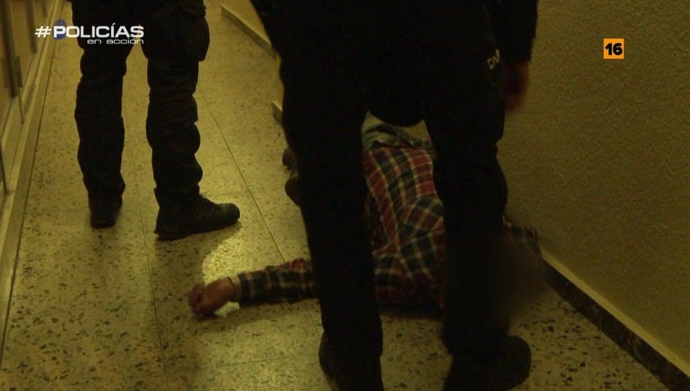 "Un hombre es atendido por 'Policías en acción': ""Venga, levántate anda"""