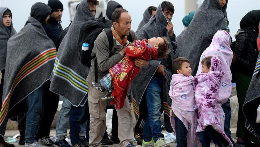 Refugiados se cubren con mantas tras cruzar la frontera entre Hungría y Austria en Nickelsdorf