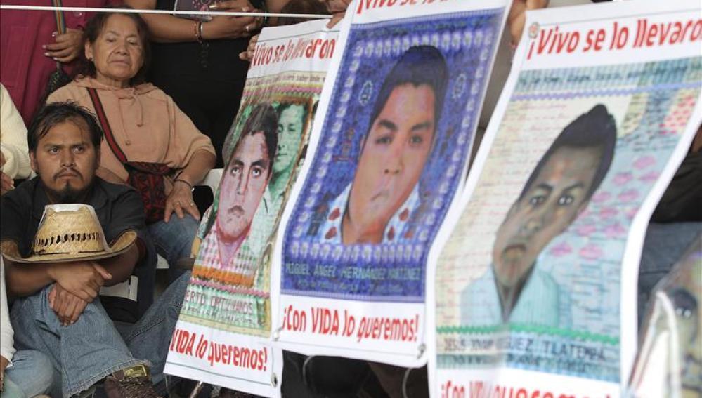 Los padres de los estudiantes mexicanos desaparecidos marchan por el aniversario