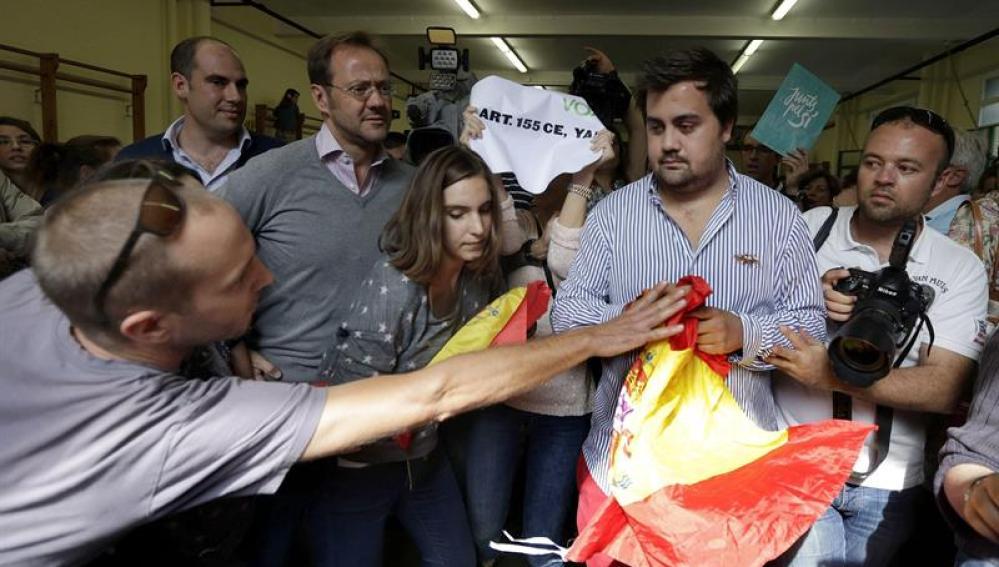 Simpatizantes de Vox irrumpen en la votación de Artur Mas