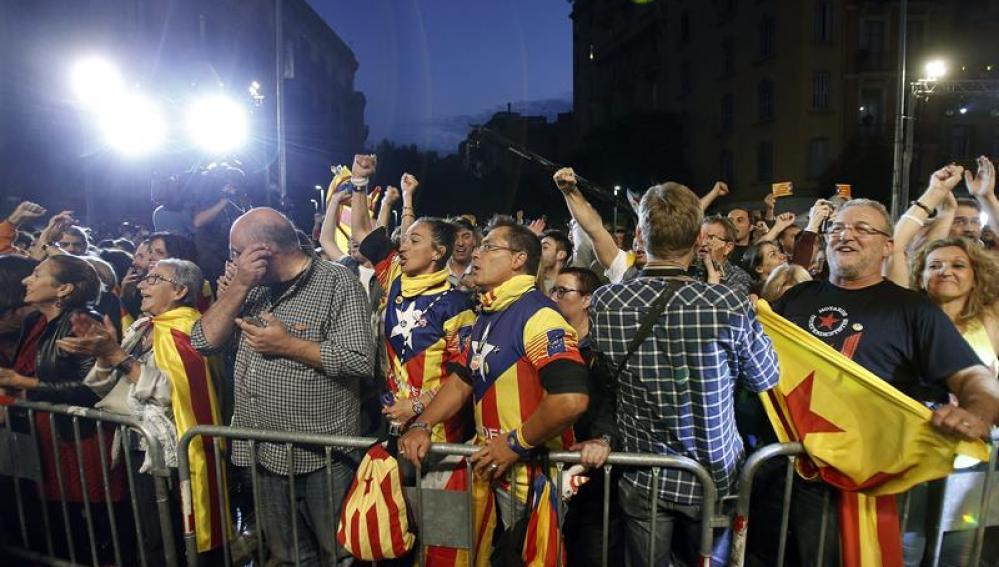 Seguidores de Junts pel si, esperan los resultados de las elecciones catalanas frente al cuartel general