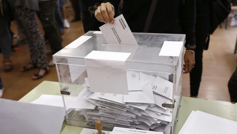 Imagen de una ciudadana ejerciendo su derecho al voto