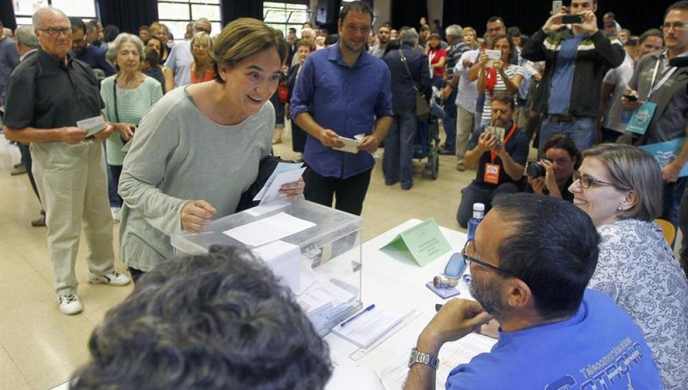 La alcaldesa de Barcelona en el colegio electoral