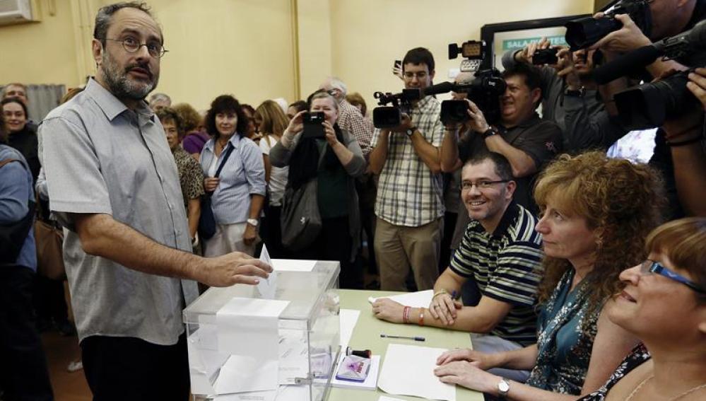 Antonio Baños, de la CUP, ejerce su derecho a voto
