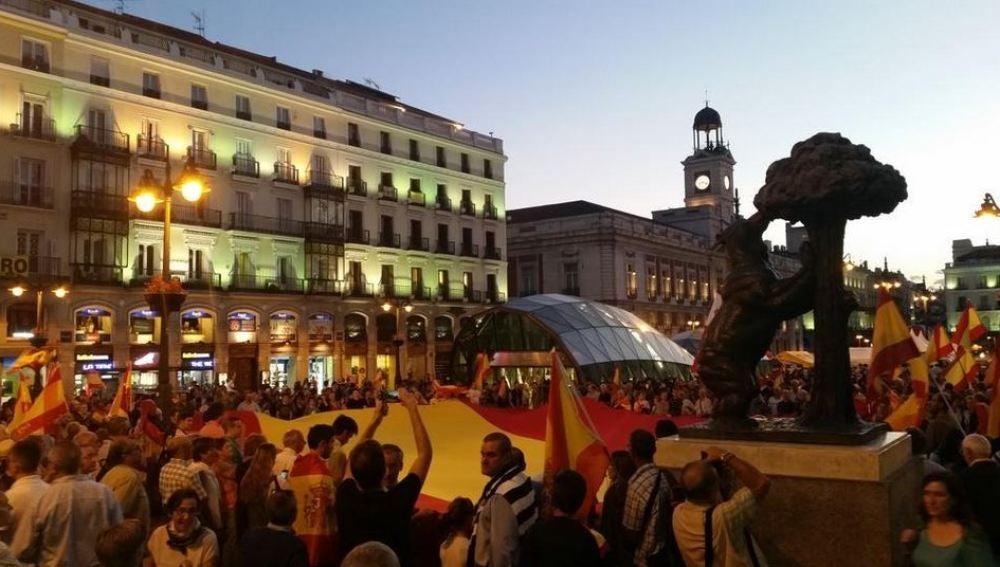Un grupo de personas se manifiestan en la Puerta del Sol de Madrid en contra de la independencia