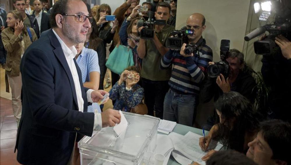 El candidato de Unió a la Generalitat, Ramon Espadaler, deposita su voto