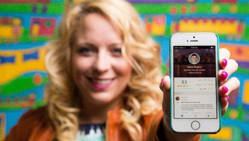 Julie Cordray, CEO de Peeple, posa con la aplicación en fase de pruebas
