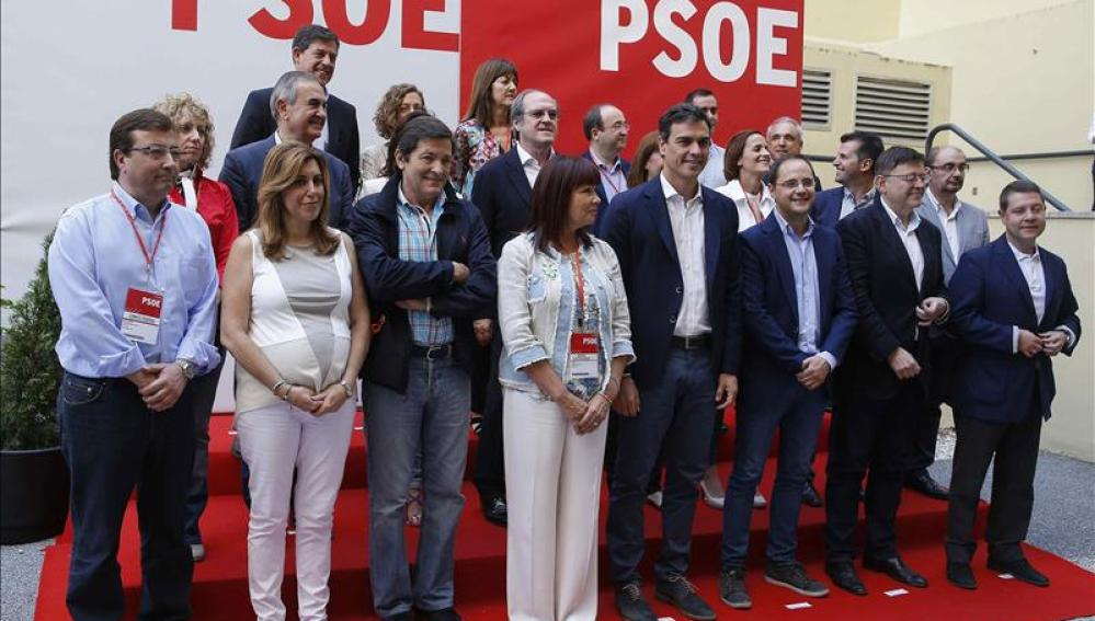El líder del PSOE, Pedro Sánchez, junto a los los 'barones' territoriales
