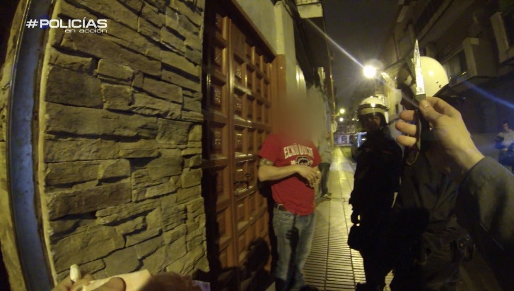 """'Policías en acción' registran un local y dan con drogas ilegales:  """"Cocaína, pastillas..."""""""