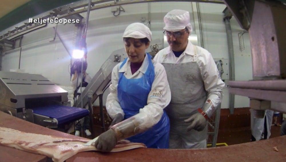 Ángel trabaja con Susana, la operaria en el centro cárnico