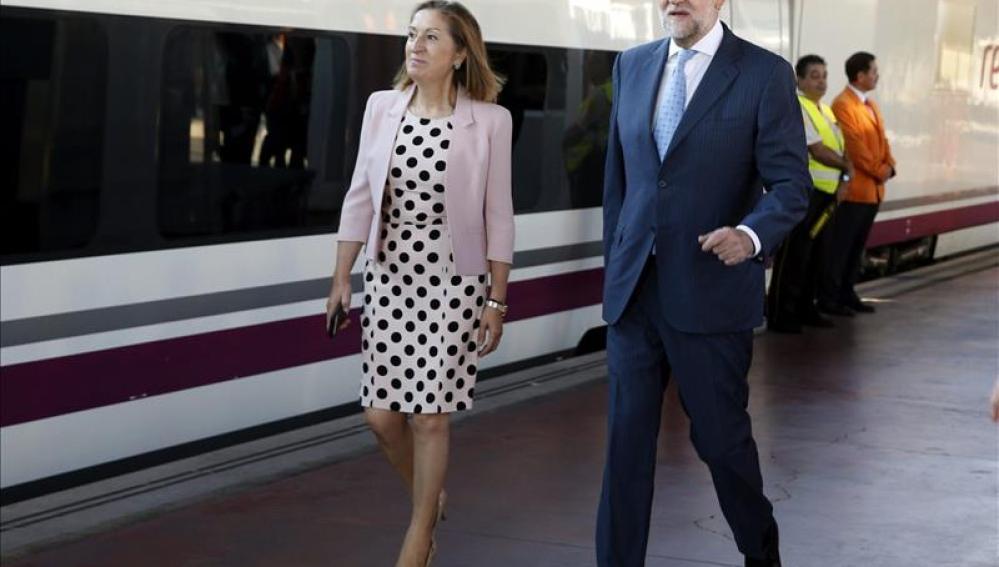 El presidente del Gobierno, Mariano Rajoy, acompañado de la ministra de Fomento, Ana Pastor