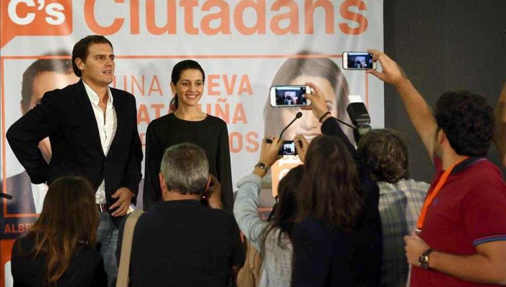 Albert Rivera e Inés Arrimadas ante un cartel de Ciudadanos