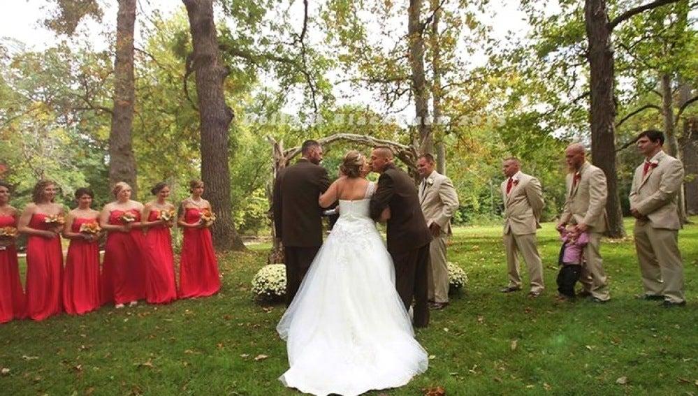 Padre y padrastro junto a la novia