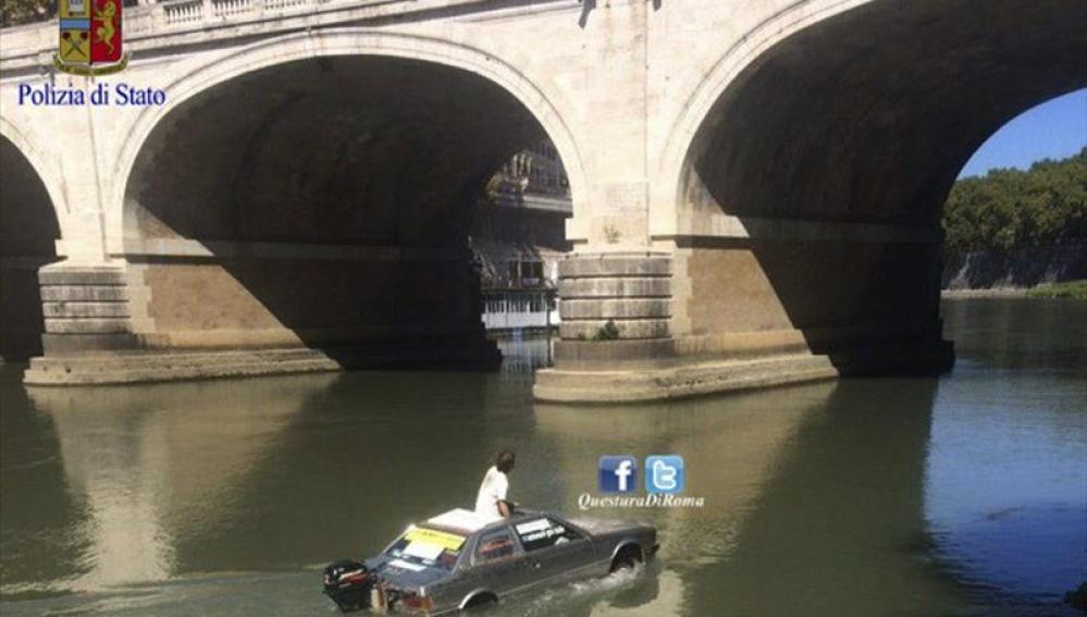 Fotografía facilitada por la Polizia di Stato de un hombre navegando por el río Tíber