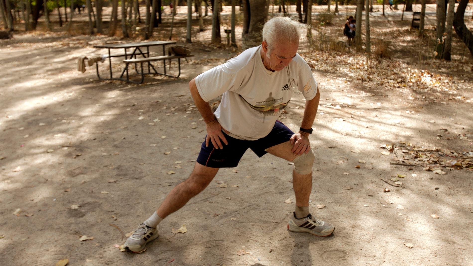 Una persona practica deporte en un parqu
