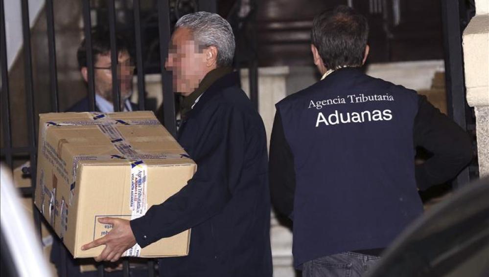 Funcionarios de la Agencia Tributaria sacan cajas del despacho de Rodrigo Rato.