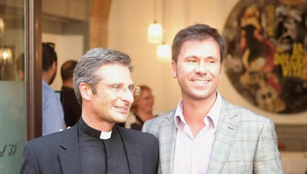 El prelado polaco Krzysztof Charamsa con su pareja
