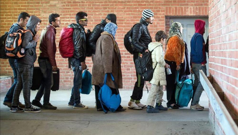 Refugiados a su llegada a la estación de tren de Schoenefeld, en Alemania.