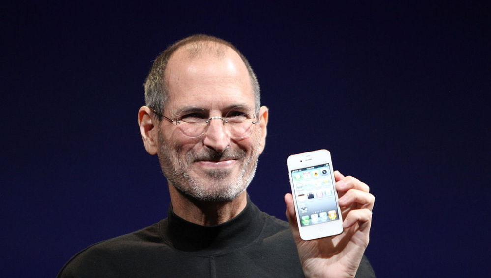 Steve Jobs presentando un iPhone